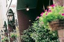 博多駅より徒歩2分で、花に囲まれたホテル玄関が現れます♪