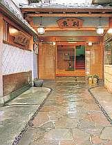 石畳、瓦屋根、なまこ壁……昔ながらの憩いが漂う佇まい