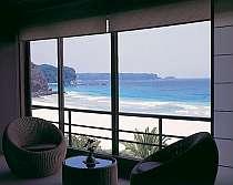 ・全てのお部屋が入田浜を一望!本当に目の前が白砂の浜辺です。
