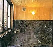 見晴らしの良い展望風呂。大きな岩風呂だよ