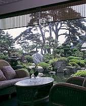 ロビーより鯉が泳ぐ庭を望む風景。  海辺の宿にはめずらしい日本庭園の宿です