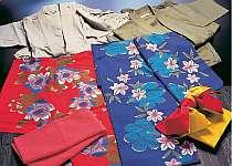女性には色ゆかた、男性には作務衣をご用意。プランにて平日限定サービス、有料あり。