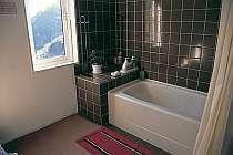 2階のスイート専有浴室では足を伸ばしてゆったり入浴。
