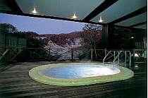 地獄谷を目下に見渡せる露天ジャグジー。まさに絶景!!プールと共に楽しんで。(冬季閉鎖)