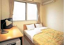 清潔感と安全性を重視したシンプルでコンパクトな室内と大型サイズのゆとりのあるベッドで、お寛ぎ下さい。