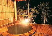 湯量豊かな総檜造りの露天風呂
