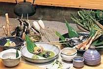 囲炉裏で焼いた岩魚など、盛り沢山の懐石風和食膳