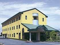 黄色い外観が目印のプチホテル