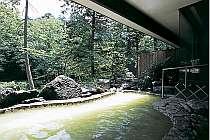 四季折々、自然美を堪能できる高尾の湯の渓流露天風呂です。