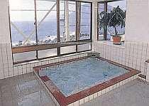 お風呂は天然温泉、海を眺めて…。貸切入浴も可