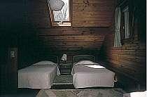 天窓付きのお洒落な寝室