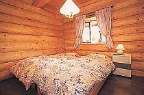 清潔なベッドルーム、丸太の温もりを感じながら・・・