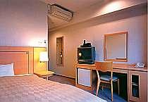 ダブルベッド使用のシングルルームは広々!