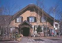 閑静な別荘地に隣接して建つシックな建物