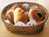 朝食は焼きたて手作りパンを食べ放題