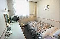 清潔感のあるセミダブルベッドのお部屋