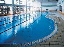 施設内には天然温泉プールもあり、宿泊者の方は保険料の300円のみで利用できます。