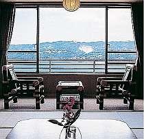 『本館客室』ゆったりとした時が流れる純和風客室。眺める海景色も壮大!