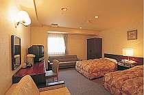 [写真]ソファーが二つもあるツインルーム。