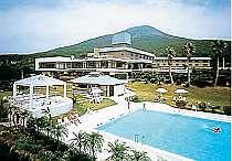 八丈島の広大な高台に位置するホテル