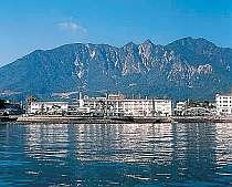 島原港近くに建つ。有明海側よりホテル全景。
