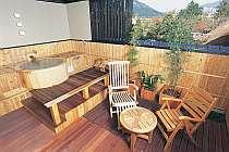 露天風呂付客室の由布岳を望む檜の露天風呂