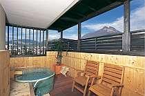 露天風呂付客室の由布岳を望む陶器の露天風呂