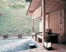 露天風呂付客室「星の輝」は、地元・益子焼の大きなお風呂付