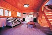 コテージリビング。キッチン付き。2Fは寝室布団でぐっすり。ペットもOK、匂いを吸収しない建材使用。