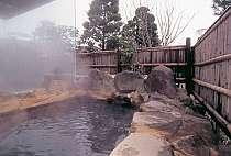 女性風呂「鶴の子」から続く墨色の源泉露天風呂