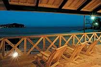 すぐ目の前の篠島サンサンビーチを一望できる、気持ち良いウッドデッキ♪