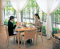 光が差し込む明るいレストランでのお食事もオススメ