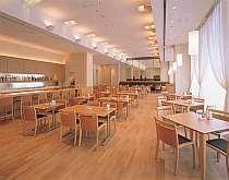 「アイリス」は、清潔感が◎種類豊富な朝食ブッフェや、リーズナブルなランチが楽しめる