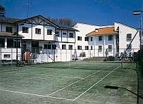 本館の目の前にテニスコート!1h無料で利用できます!!