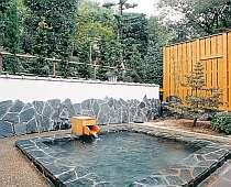 女性用の露天風呂。庭園を眺めながら