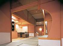 畳廊下等和のイメージで統一された館内は加賀の町屋の佇まい。素足でお寛ぎ下さい。