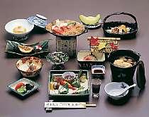 飛騨牛の朴葉味噌ステーキをメインとした、奥飛騨や日本海の旬の幸が並ぶ