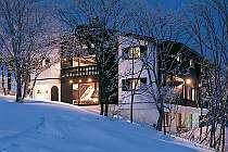 目の前が斑尾高原スキー場 道具を持って長い距離を歩かず便利!チロル調の素敵な宿です