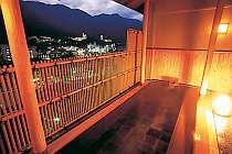 下呂温泉の夜景を一望できる檜の露天風呂