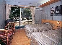ウッドテラス付のツインルーム、無塗装ムク材の床が快適