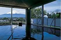 富士山と湖の眺望が楽しめる展望温泉大浴場『水楽』