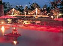 [写真]大庭園露天風呂 夜はライトアップされて幻想的