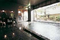 露天風呂が続く大浴場