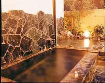 内風呂の向こうは露天風呂、手足を伸ばしゆったりできる