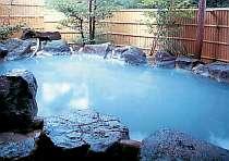 開放感あふれる露天風呂。天然掛け流し温泉で、日によって色が異なります!