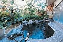大浴場露天風呂(男湯)湯量豊富な自家源泉から湧き出る天然温泉