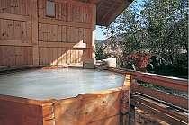 猪脅しの音も旅情を一段と盛り上げる八角形の露天風呂貸切専用 手足を伸ばして