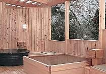 露天風呂からは満開の桜の木々を愛でる事ができる