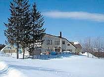 冬期外観です。辺りは真っ白な雪に囲まれた夢のような銀世界。キツネの足跡が宿周辺にはいっぱい!