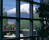 *山中湖の別荘地、全6室のホテルでごゆっくり。3階パブリックフロアからは雄大な富士山を展望頂けます。